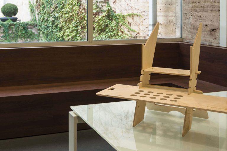 Pimp my desk. Prototipazione in legno e allestimento in cartone a incastro