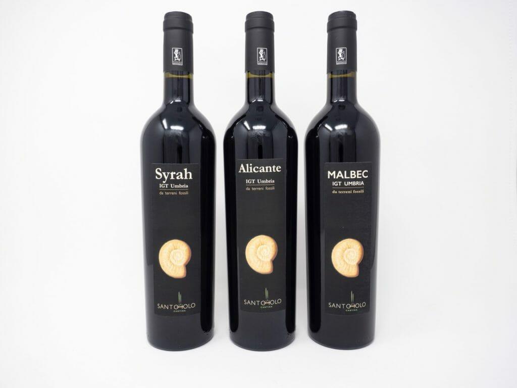 Dettaglio etichette vino rosso