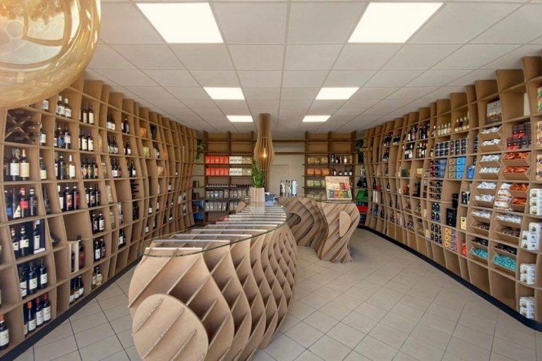Il negozio ecosostenibile in cartone, linoleum e vetro