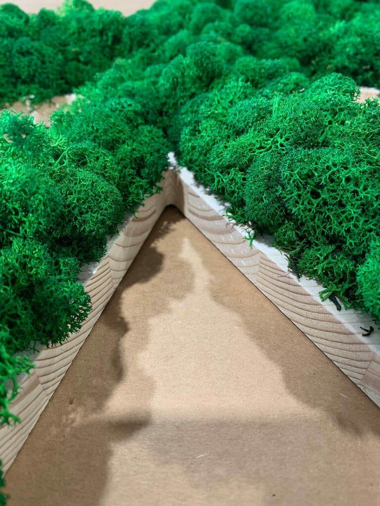 Insegna 3D in legno e licheni stabilizzati.