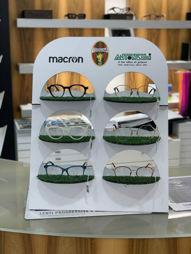 Espositore per occhiali in Dibond con applicazioni in prato sintetico.
